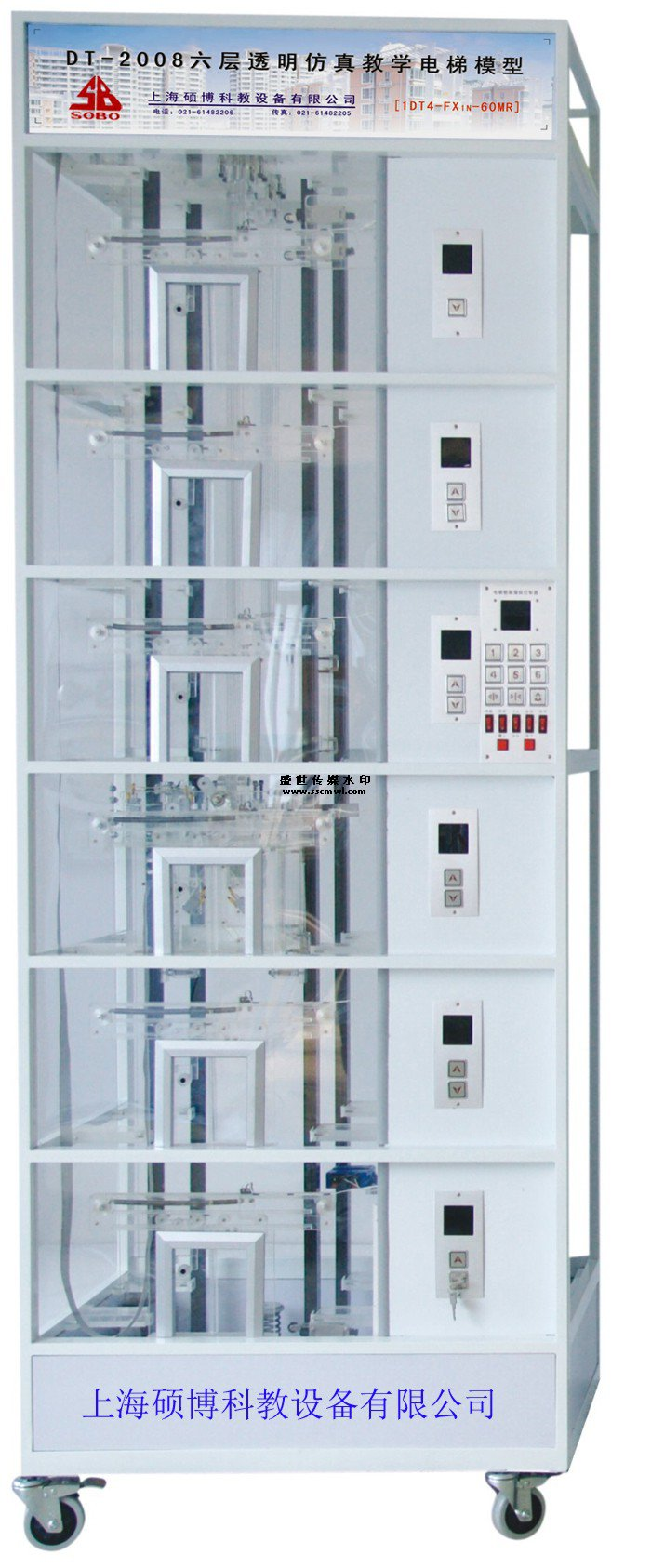 DT-2008六层透明仿真教学电梯模型 (三菱主机:1DT6-FX3U-64MR/西门子主机:1DT6-CPU226-EM223) 透明教学电梯模型是为了配合各大院校、职业技术学院、技师学院、技校、劳动就业培训中心、质量技术监督局特检中心、电梯维修物业管理部门等有关电梯专业和工业自动化专业课程实验演示,使更多的人能够更好地了解电梯、使用电梯,培养出更多的电梯专业人才,适应电梯行业的发展需要,我公司经过深入探索研究,精心设计的。 本电梯是根据最常见的升降式电梯结构,采用钢管焊接一体而成,表面经过磷化喷塑处理
